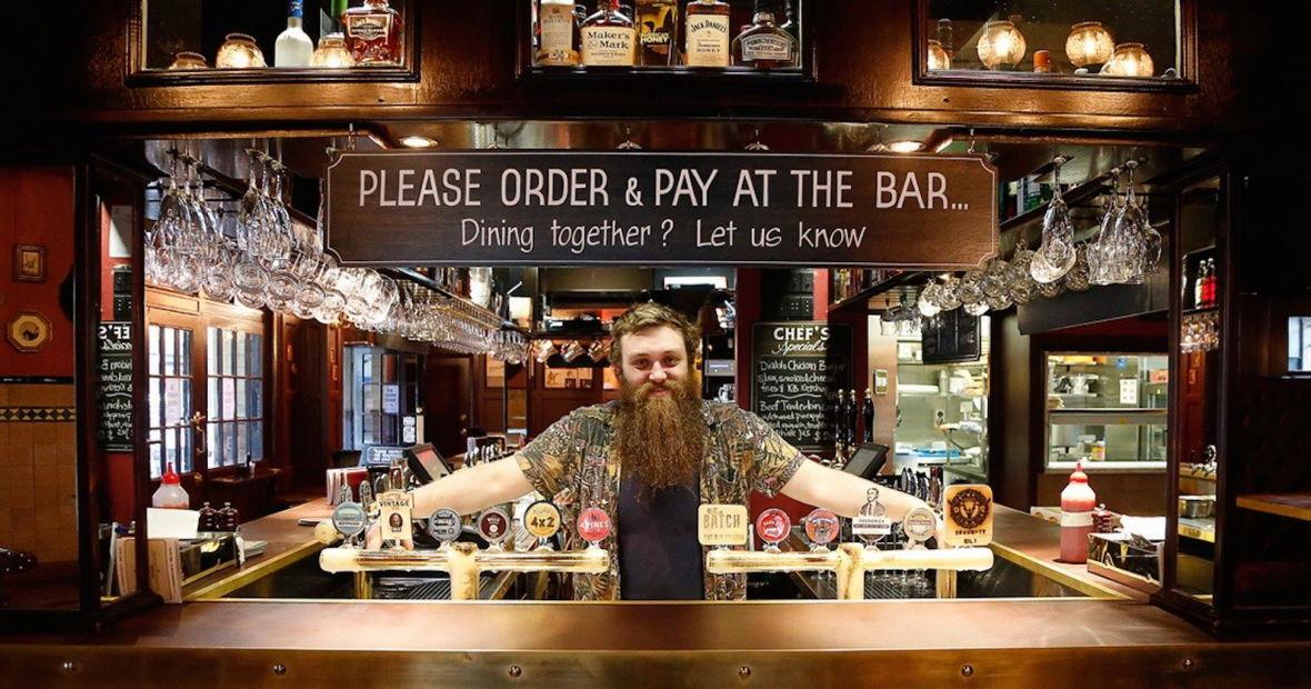 бармен в пивном баре