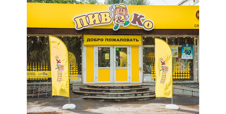 Привлекающий внимание дизайн. Желтый фриз, мигающая вывеска с добродушным логотипом, открытые окна с теплым освещением, светящийся стоппер - это все генерит трафик для магазина.