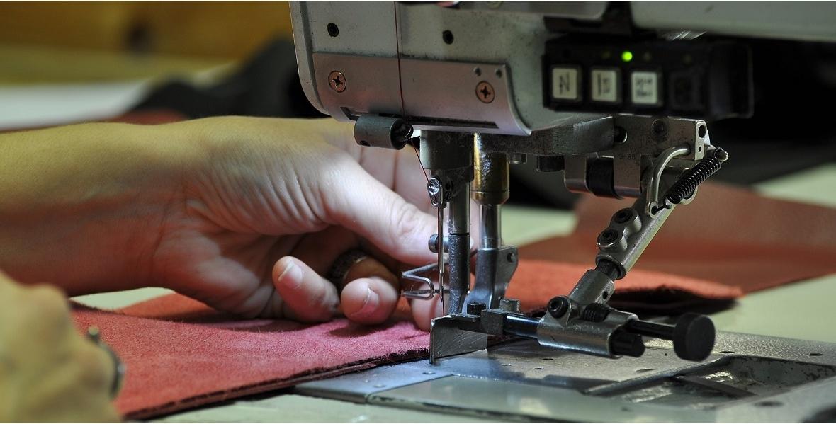 Как открыть Ателье по пошиву одежды с нуля как начать бизнес Размышляя над стоимостью своих услуг вы прежде всего должны равняться на цены других сопоставимых по масштабам ателье