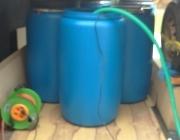 Так производится доставка концентрата морской воды и налив в бассейн через шланг